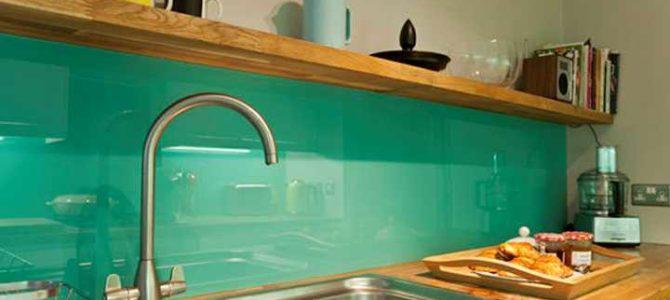 6 revestimientos diferentes para cubrir las paredes de la cocina vidrio panel - Revestimientos de paredes de cocina ...