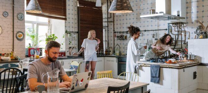 ¿Por qué instalar paredes de cristal en tu cocina?